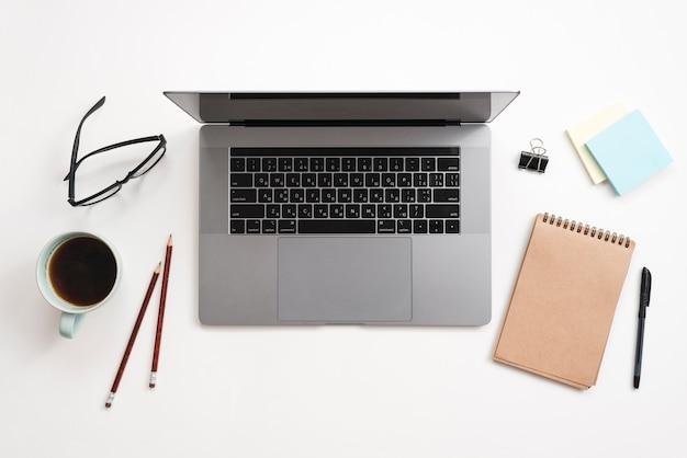 Bureau avec ordinateur portable et ordinateur portable Photo gratuit