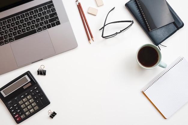 Bureau avec ordinateur portable et tasse à café Photo gratuit