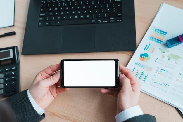 Bureau avec ordinateur portable et téléphone mobile Photo gratuit