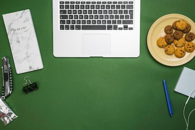 Bureau avec ordinateur portable Photo gratuit