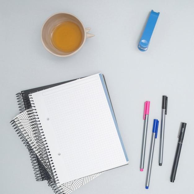 Bureau avec un ordinateur portable Photo gratuit