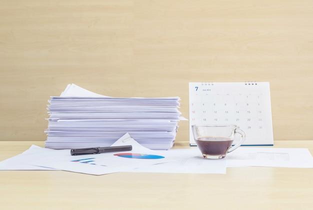 Le bureau avec papier de travail et tasse de café Photo Premium