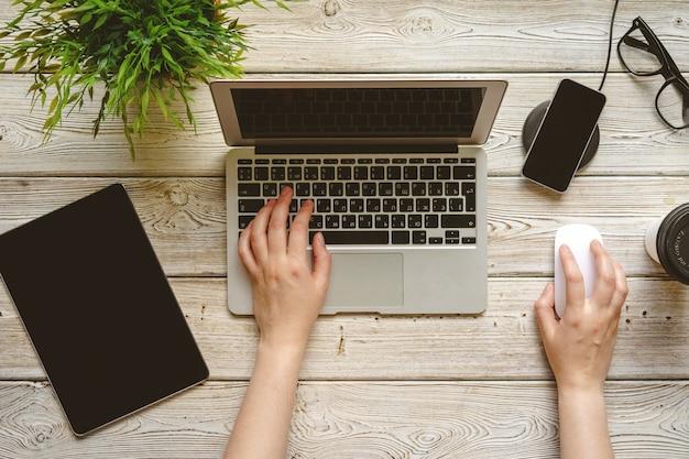Bureau Plat Laide Espace De Travail Avec Une Main Féminine, Vue De Dessus D'ordinateur Portable Photo Premium
