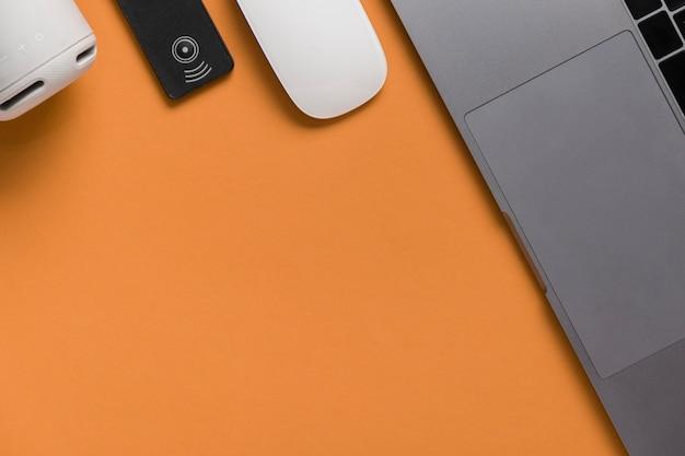 Bureau plat avec ordinateur portable et souris Photo gratuit