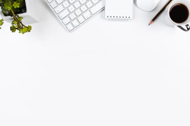 Bureau propre avec des appareils de bureau Photo gratuit