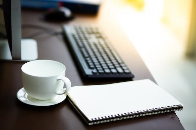 Bureau de propriétaire pme avec ordinateur portable en verre et café blanc à la maison Photo Premium