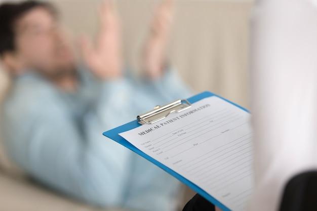 Bureau de psychologues, presse-papiers tenant une pratiquante Photo gratuit