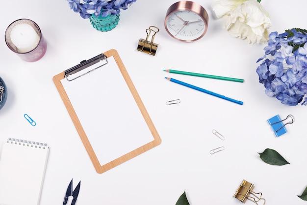 Bureau Table Bureau. Maquette Stationnaire Sur Fond Blanc. Flat Lay. Vue De Dessus Photo Premium