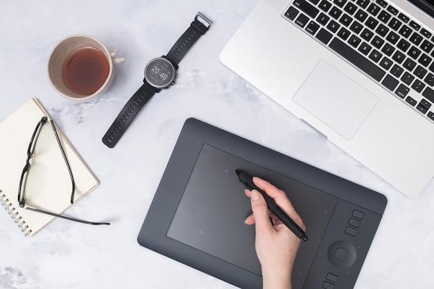Bureau avec une tablette graphique Photo gratuit