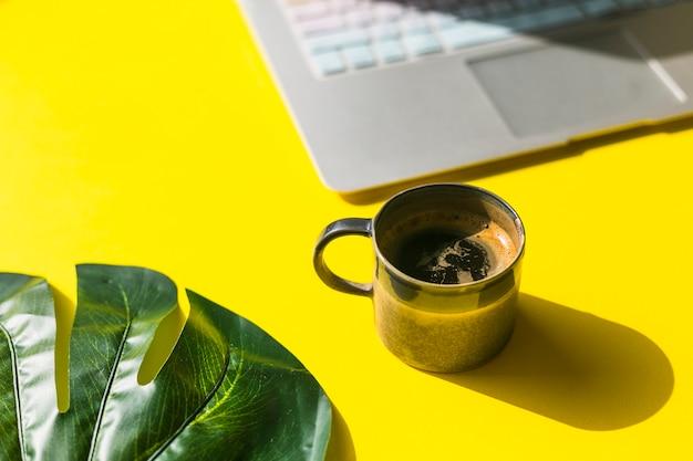 Bureau avec une tasse de café Photo gratuit