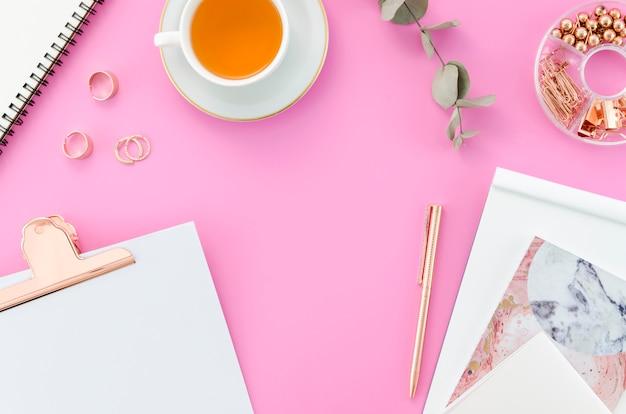 Bureau avec une tasse de thé Photo gratuit