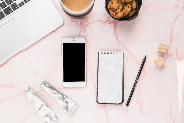 Bureau avec téléphone portable Photo gratuit