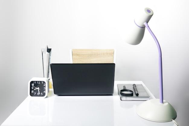 Bureau Travail Chambre : Bureau de travail dans la chambre sur fond gris télécharger des