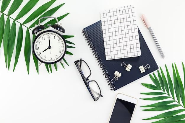 Bureau de travail stylé avec alarme, ordinateur portable, smartphone Photo Premium