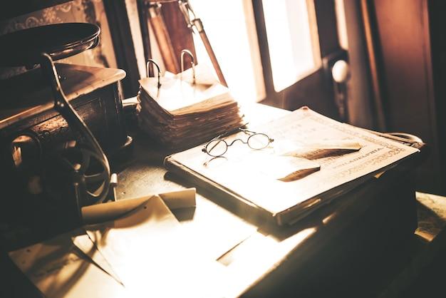 Bureau vintage avec des lunettes Photo gratuit