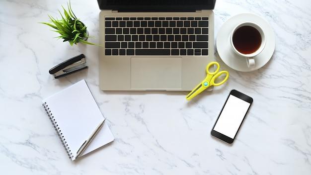 Bureau Vue De Dessus Ordinateur Portable Table En Marbre, Café, Smartphone Et Fournitures De Bureau. Photo Premium