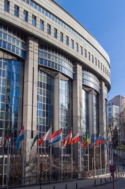 Bureaux Du Parlement Européen Et Drapeaux Européens à Bruxelles Photo Premium
