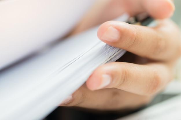 Bureaux de femme d'affaires travaillant pour arranger des documents pile inachevée de papiers avec stylo Photo Premium