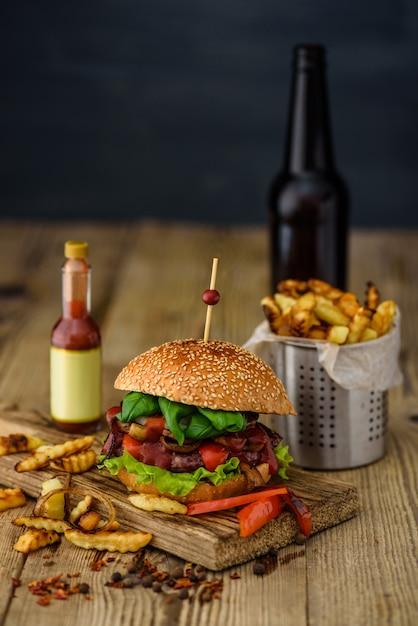 Burger Américain Et Pommes De Terre Françaises Photo Premium