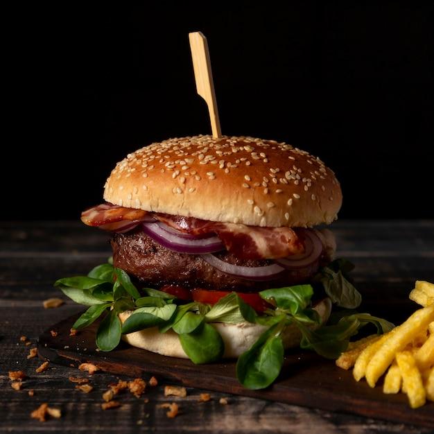 Burger à Angle élevé Avec Frites Sur Table Photo gratuit