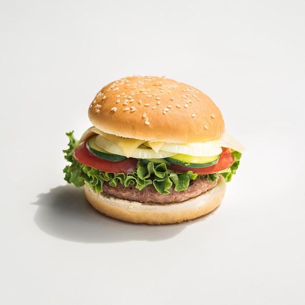 Burger appétissant sur fond gris Photo gratuit