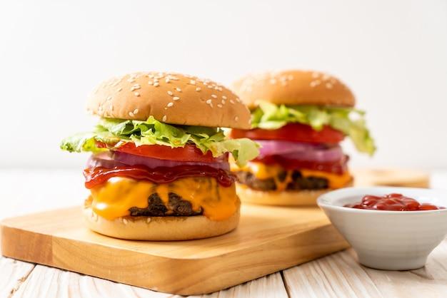 Burger de bœuf frais avec du fromage et du ketchup Photo Premium