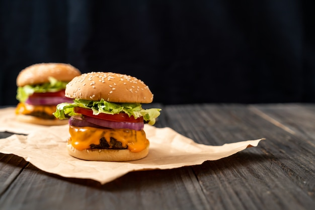 Burger de bœuf frais avec du fromage et des frites Photo Premium