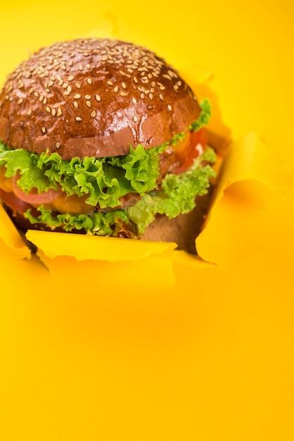 Burger de bœuf savoureux à la main avec de la laitue Photo gratuit