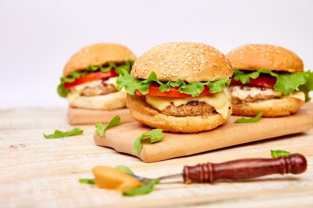 Burger de boeuf sur une table en bois sur le backgroundspace clair. Photo Premium