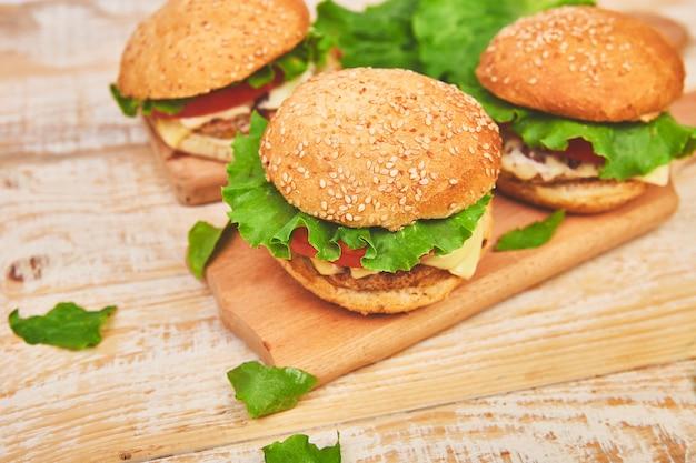 Burger de boeuf sur une table en bois sur fond clair Photo Premium