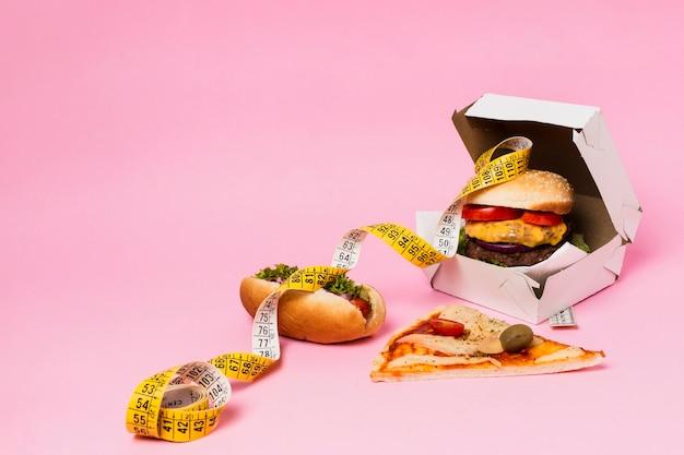 Burger en boîte avec ruban à mesurer Photo gratuit