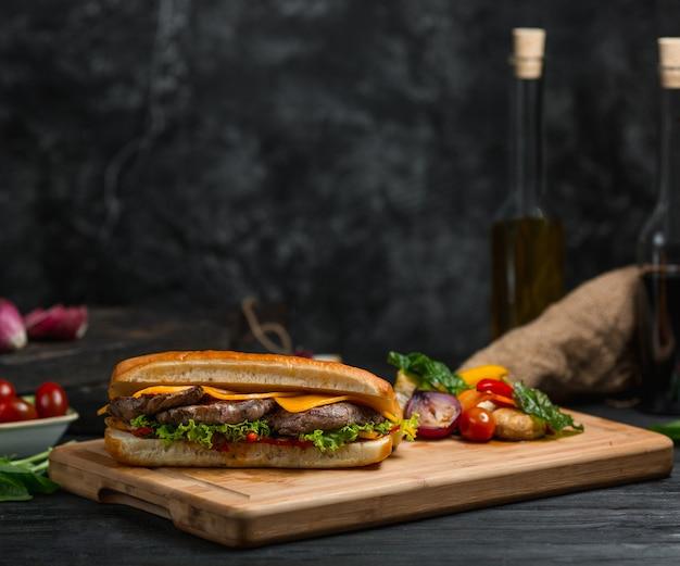 Burger cotlet aux feuilles de cheddar Photo gratuit