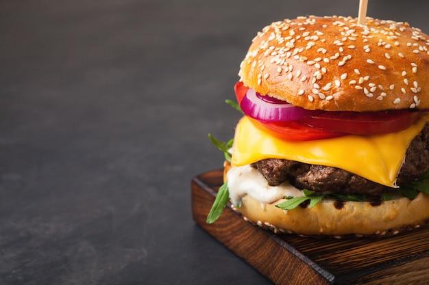 Burger délicieux fait maison. Photo Premium