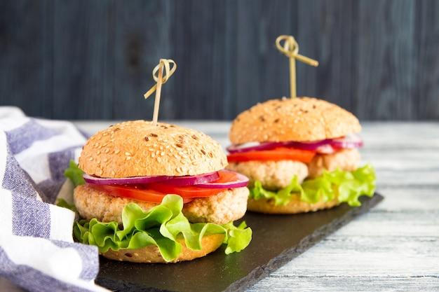 Burger de dinde en bonne santé fait maison avec de la laitue et des tomates. mise au point sélective Photo Premium