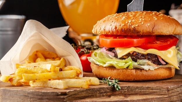 Burger italien avec des frites. Photo Premium