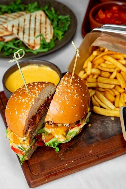 Burger Avec Laitue Tomates Et Fromage Servi Avec Frites Photo gratuit