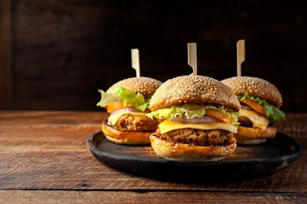 Burger maison délicieux délicieux sur une plaque en bois Photo Premium
