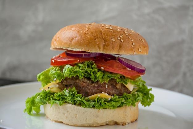 Burger maison frais sur une assiette blanche. Photo Premium