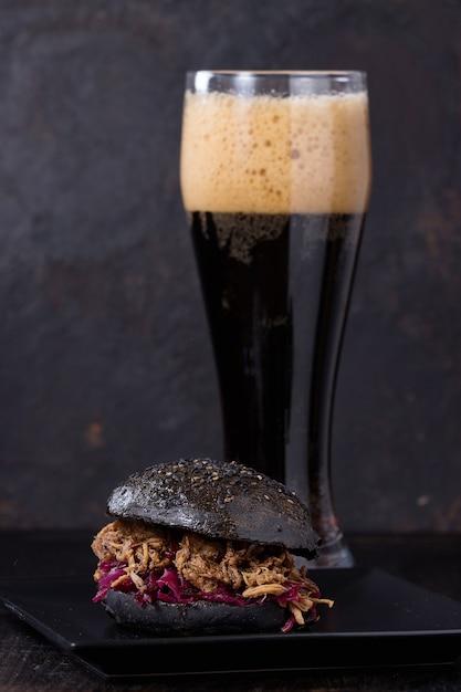 Burger noir à la bière noire Photo Premium