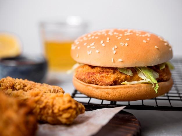 Burger De Poulet Frit Vue De Face Photo gratuit