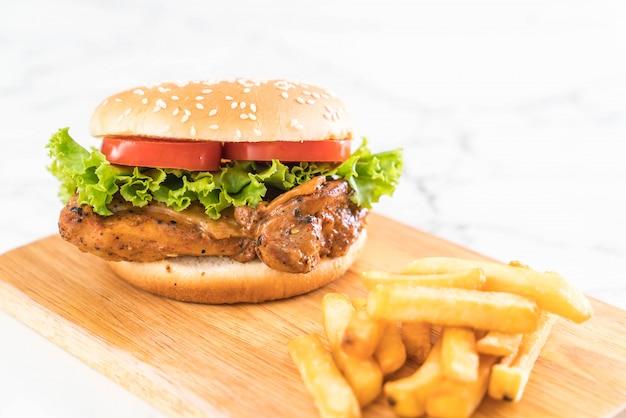 Burger de poulet grillé avec frites Photo Premium