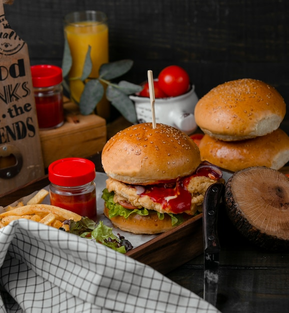 Burger rempli de pépites de poulet Photo gratuit