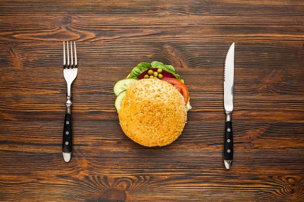 Burger végétalien avec couteau et fourchette Photo gratuit