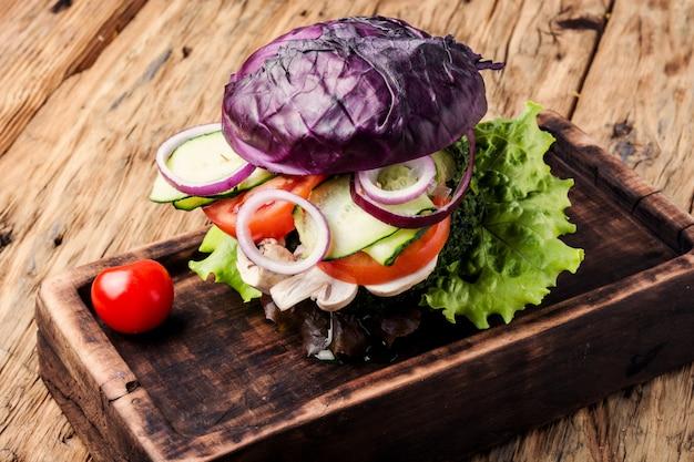 Burger végétarien sur une table en bois Photo Premium