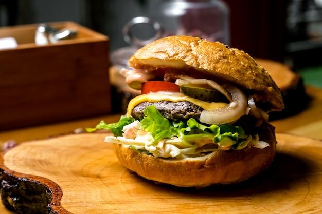 Burger De Viande Tomate Oignon Salade De Chou Concombre Vue Latérale Photo gratuit