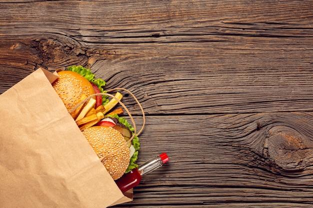 Burger Vue De Dessus Avec Des Frites Dans Un Sac Photo gratuit