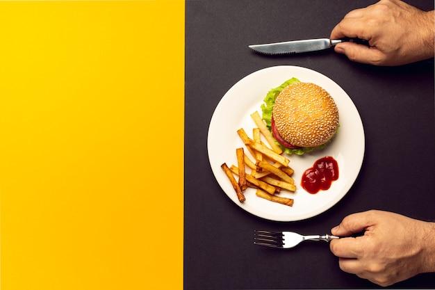 Burger vue de dessus avec des frites avec espace de copie Photo gratuit