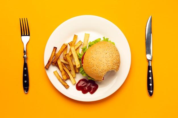 Burger vue de dessus avec des frites Photo gratuit