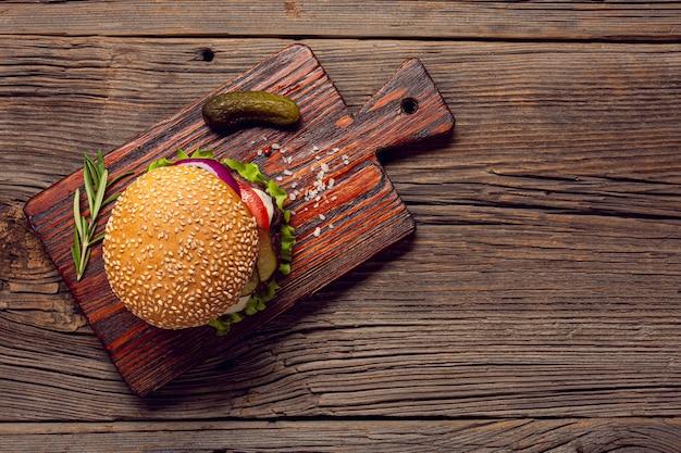 Burger vue de dessus sur une planche à découper Photo gratuit