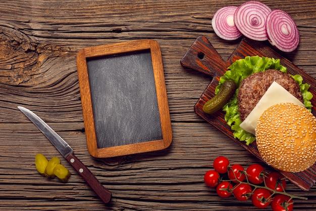 Burger vue de dessus avec tableau Photo gratuit